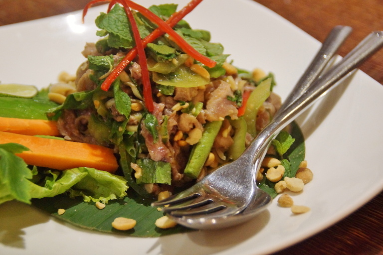 カンボジア 牛肉とハーブのサラダ