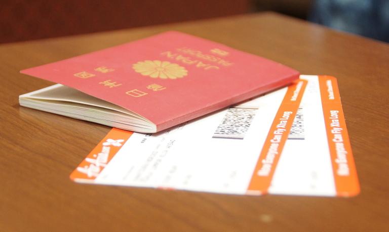 パスポートとエアアジアのチケット