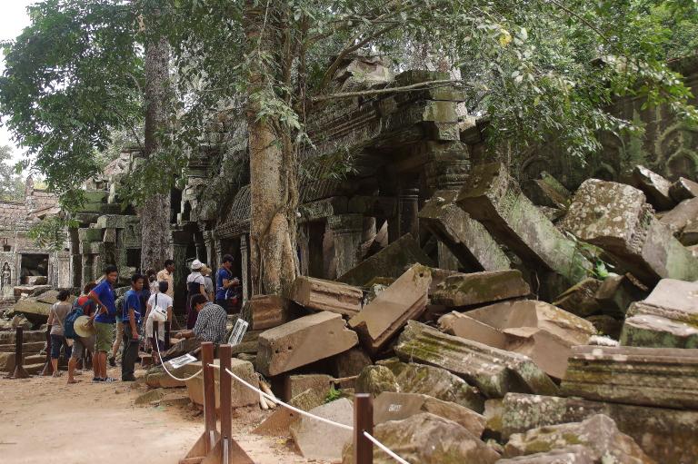 タプローム遺跡 崩れている石