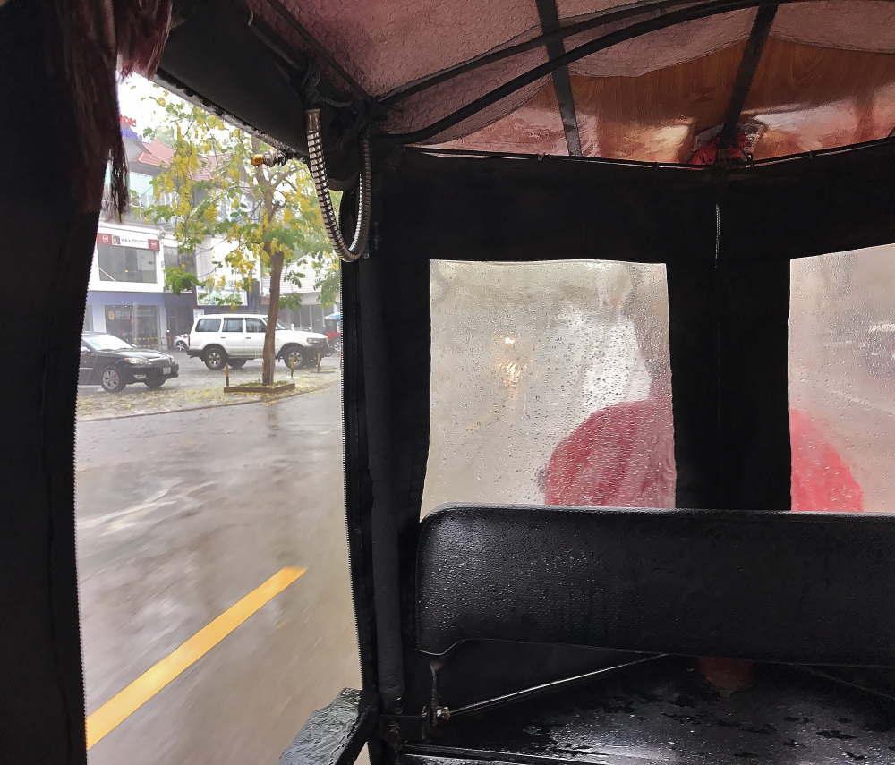 雨の日のトゥクトゥク