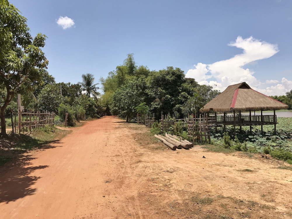 カンボジア バコン村の池 東屋 小屋
