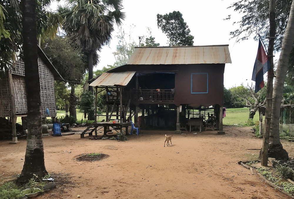 バコン村の高床式の家